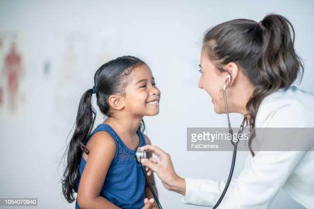 menina gosta de seu check-up médico - saúde e medicina - fotografias e filmes do acervo