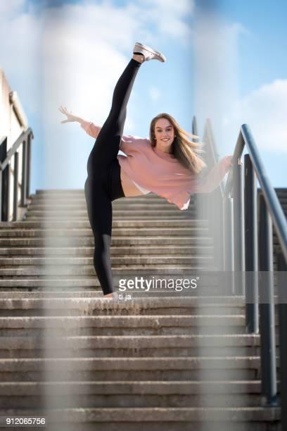 meisje uit te oefenen op de trap - split acrobatiek stockfoto's en -beelden
