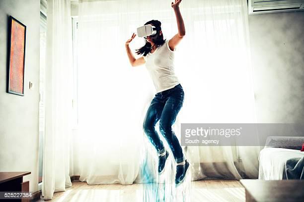 Mädchen untersucht virtuelle Fantasie