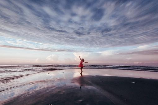 girl exploring beach at sunrise - gettyimageskorea