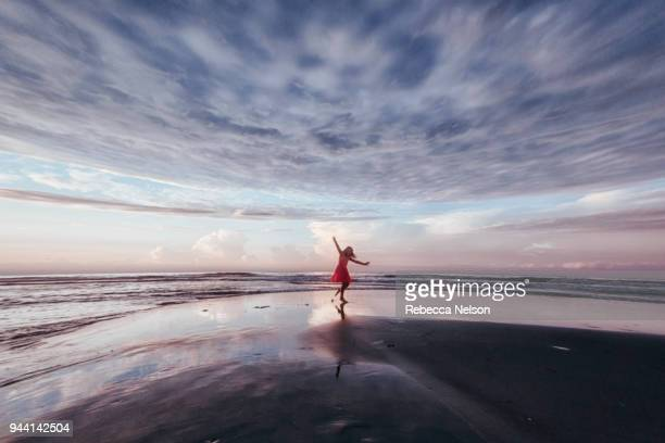 girl exploring beach at sunrise - grande angular - fotografias e filmes do acervo