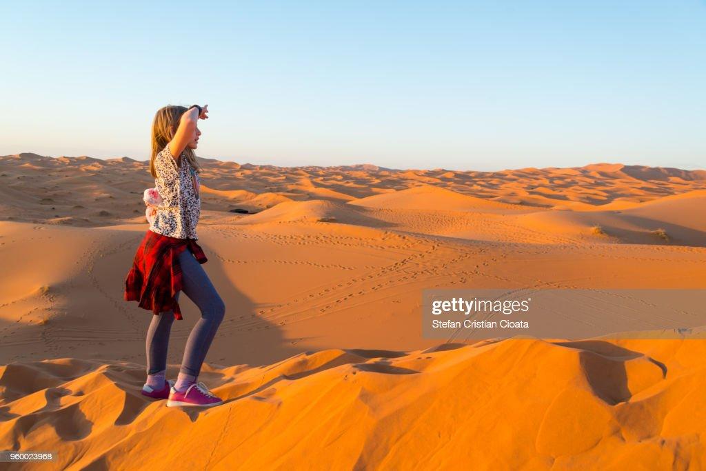 Girl exploring Sahara desert near Merzouga, Morocco : Stock-Foto