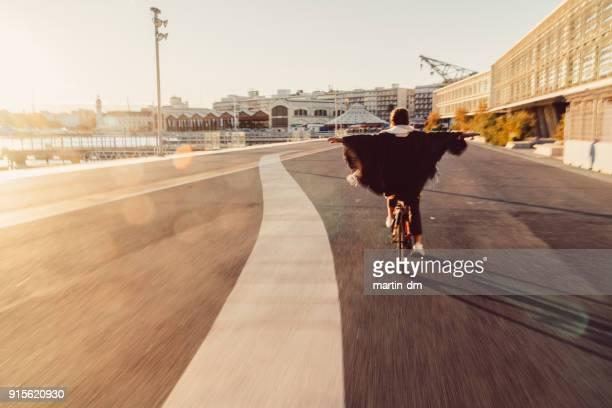 chica visitar valencia en bici - valencia fotografías e imágenes de stock