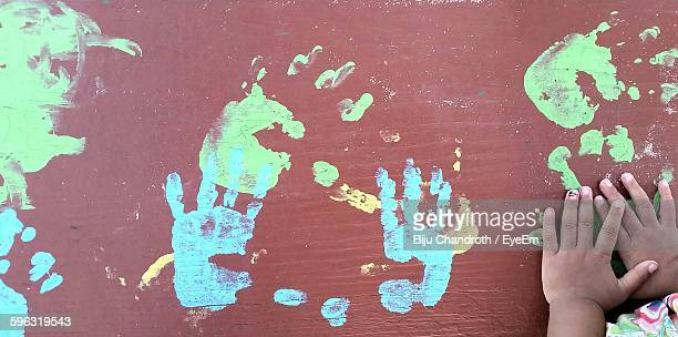 girl finger painting - finger painting stock pictures, royalty-free photos & images
