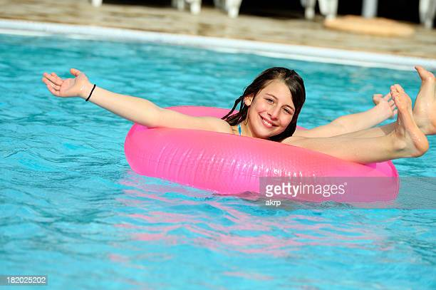 fille en rose nager tube flottant - pink tube photos et images de collection