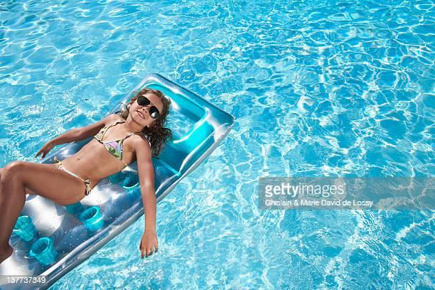 niña flotando en conjunto en la piscina - preadolescente fotografías e imágenes de stock