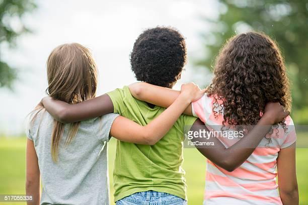 Menina amigos de pé juntos