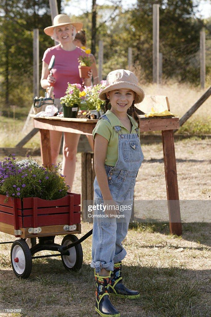 Girl gardening with grandmother : Stockfoto