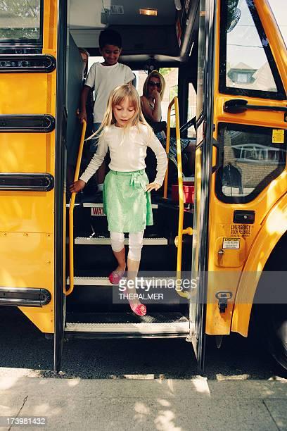 Chica de bajarse autobús de colegio