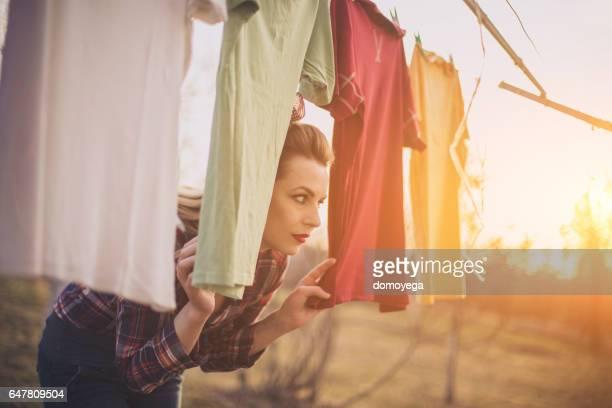 Mädchen hat einen Wäscherei-Tag im freien