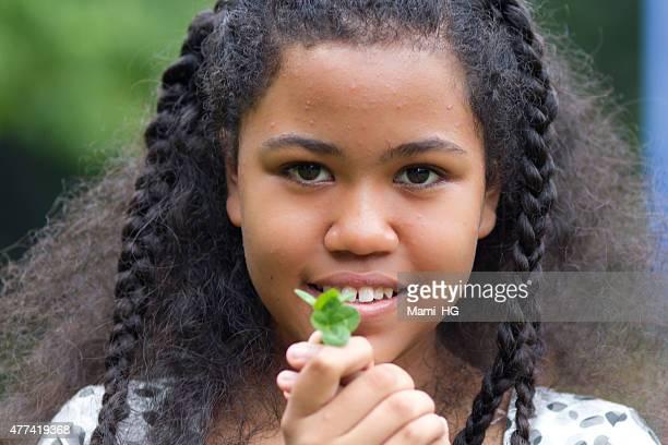mädchen haben ein vier-kleeblatt - 4 leaf clover stock-fotos und bilder