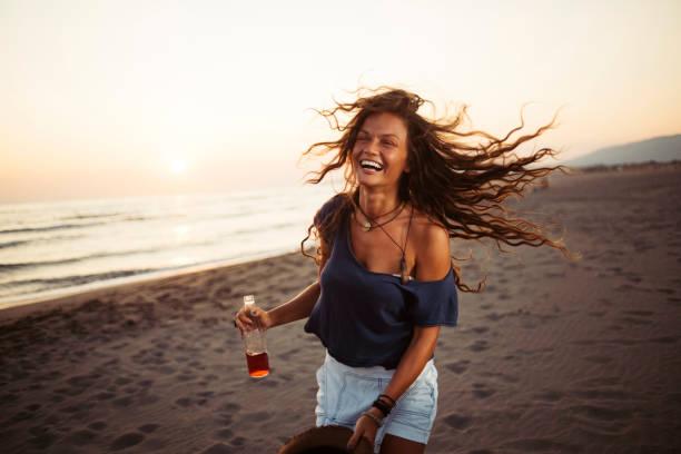 Femme s'amusant à la plage