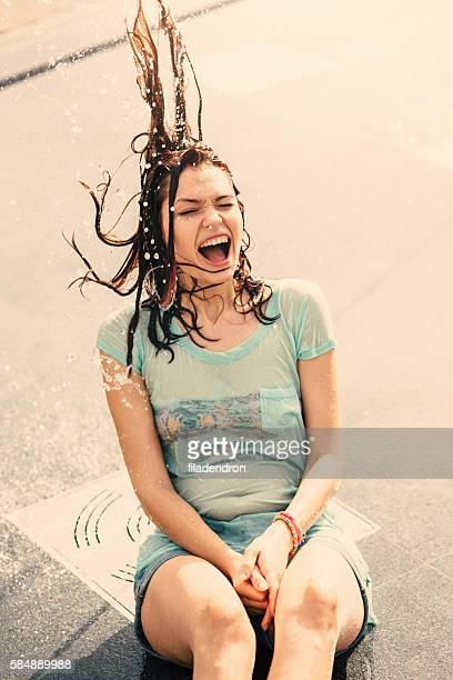 Mädchen Spaß haben im einem Springbrunnen