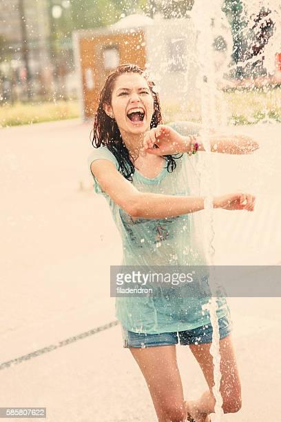 女の子 楽しむの噴水