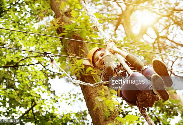 Jeune fille s'amuser en plein air adventure park