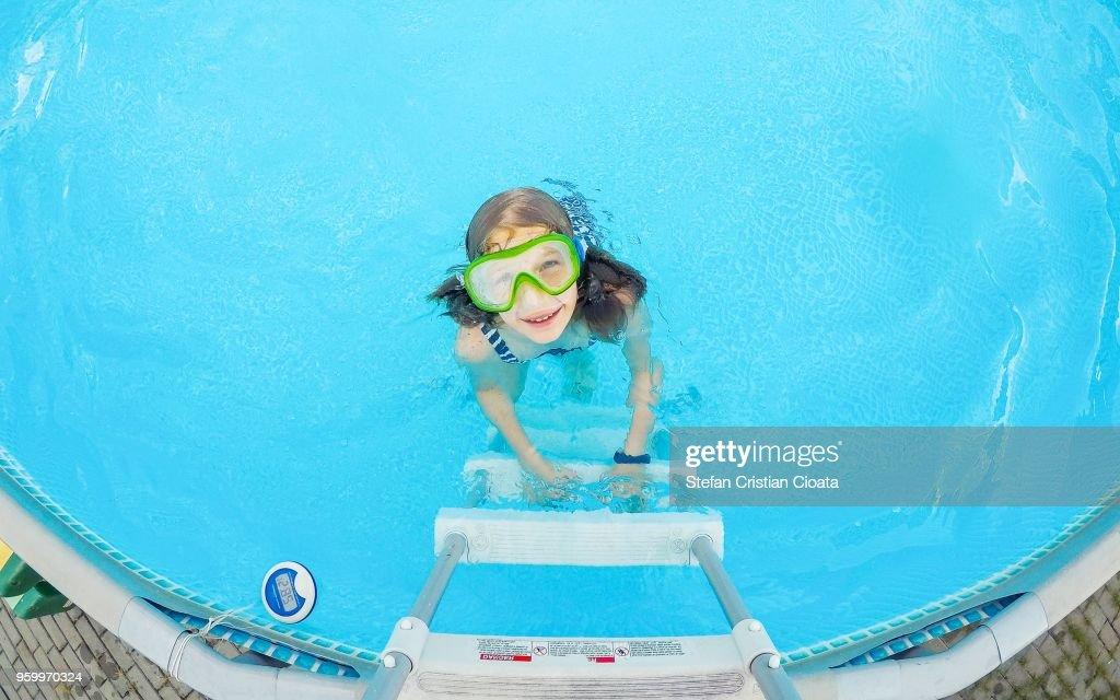 Girl having fun in the pool : Stock-Foto