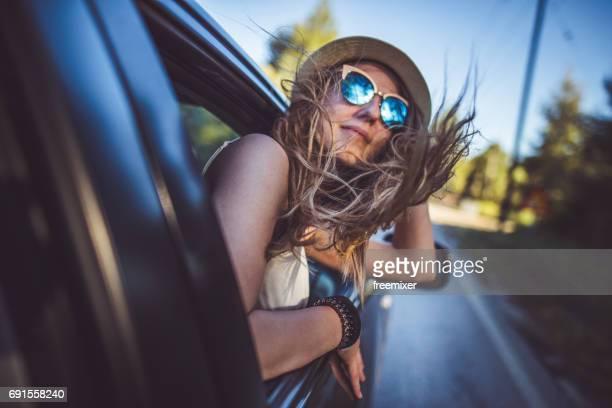 Jeune fille s'amuser sur le road trip