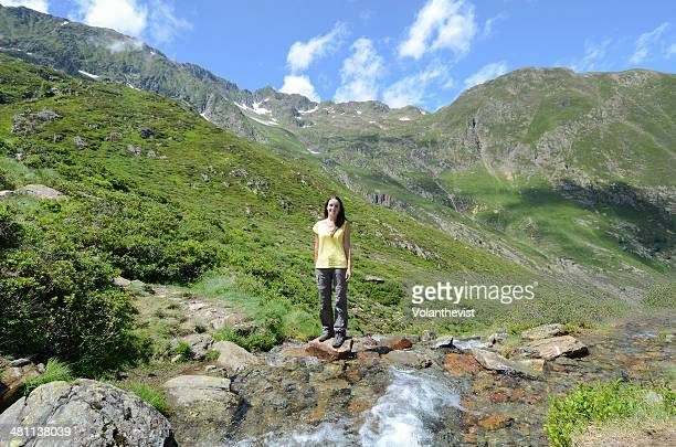 girl hiking in the mountains next to a stream - アクスレテルム ストックフォトと画像