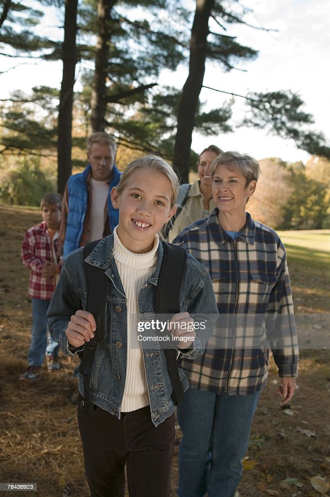 Girl hiking with family : Stockfoto