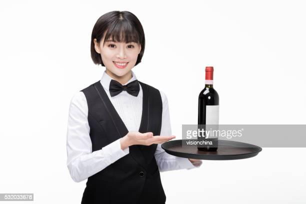 女の子 を持っているワイン 1 本