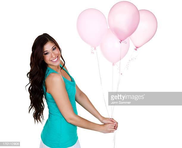 Jeune fille tenant un tas de ballons