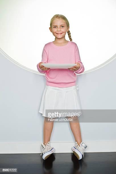 girl holding a plate - alleen één meisje stockfoto's en -beelden