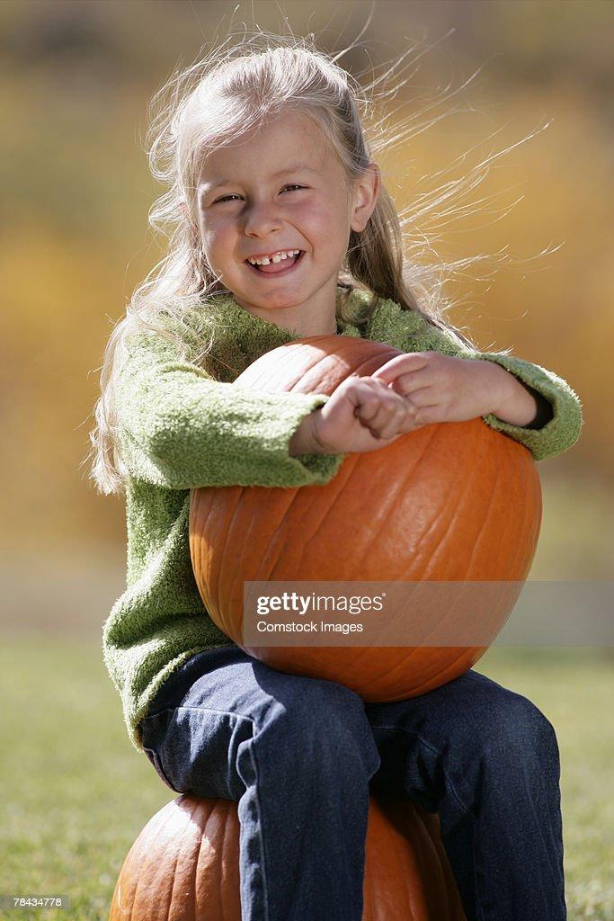 Girl holding a pumpkin : Foto de stock