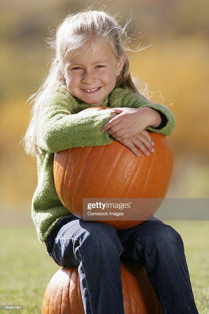 Girl holding a pumpkin : Stockfoto