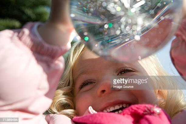 Mädchen hält eine snow globe