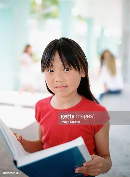 Mädchen mit einem Lehrbuch