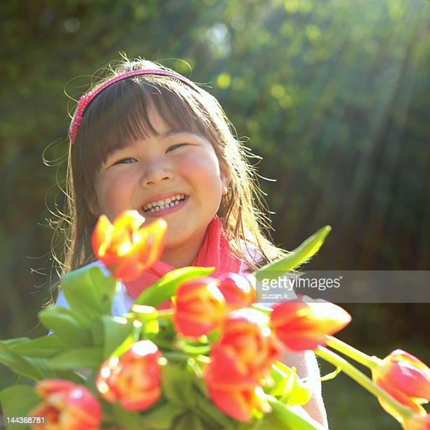 girl holding bouquet of tulips - kranj fotografías e imágenes de stock