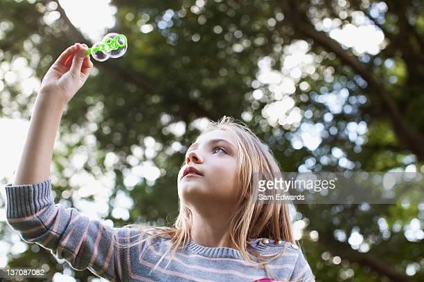 シャボン玉を抱える少女の木 - サリスベリー ストックフォトと画像