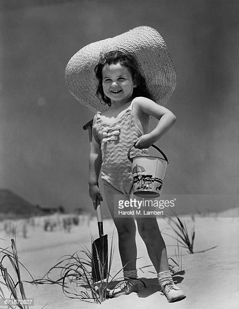 girl holding bucket and spade at beach - {{relatedsearchurl(carousel.phrase)}} fotografías e imágenes de stock