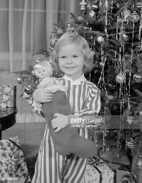 girl holding christmas gift and smiling - {{relatedsearchurl(carousel.phrase)}} stock pictures, royalty-free photos & images