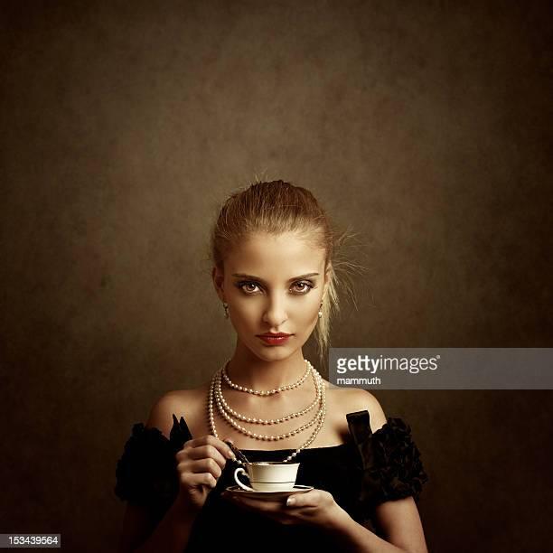 Mädchen holding Kaffee Tasse