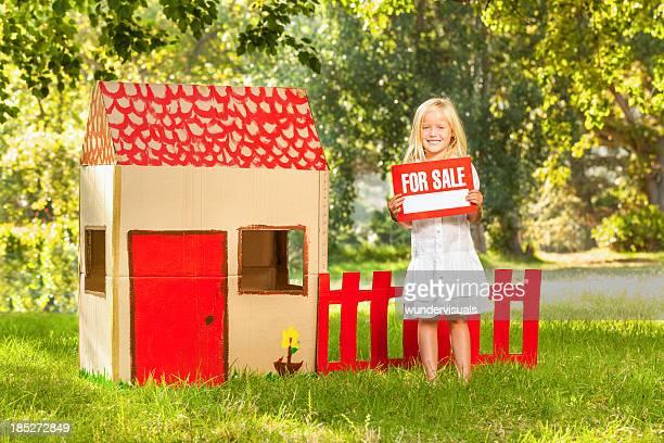 Mädchen Holding ~~für Verkauf Schild