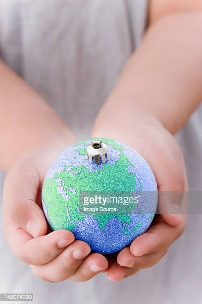Mädchen holding Globus Dekoration