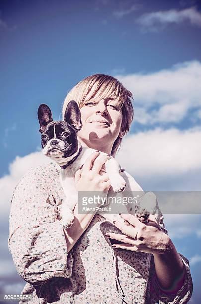 menina segurar o seu buldogue francês no céu - bulldog frances imagens e fotografias de stock