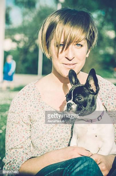 menina segurar o seu buldogue francês no prado - bulldog frances imagens e fotografias de stock