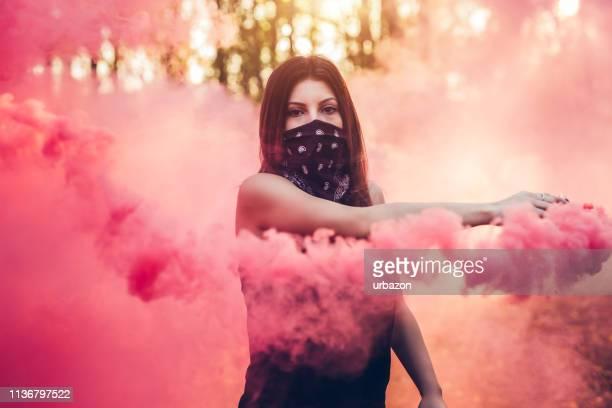 chica sosteniendo fuente de humo - pañuelo rojo fotografías e imágenes de stock