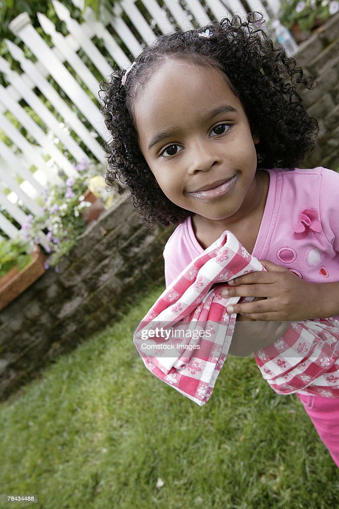 Girl holding tablecloth : Stockfoto
