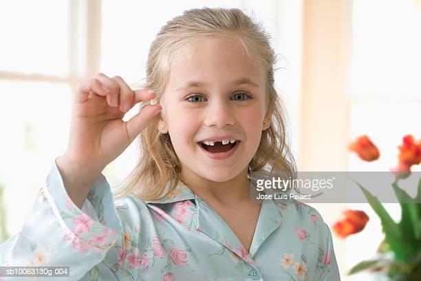 girl (6-7 years) holding tooth, portrait - personas sin dientes fotografías e imágenes de stock