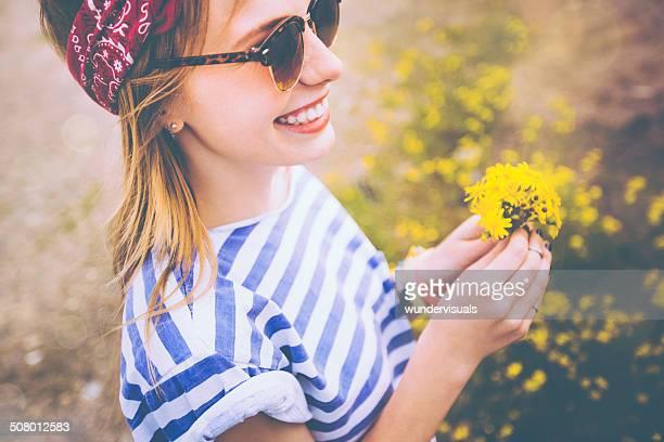 ragazza con fiori di campo - mazzi fiori di campo foto e immagini stock