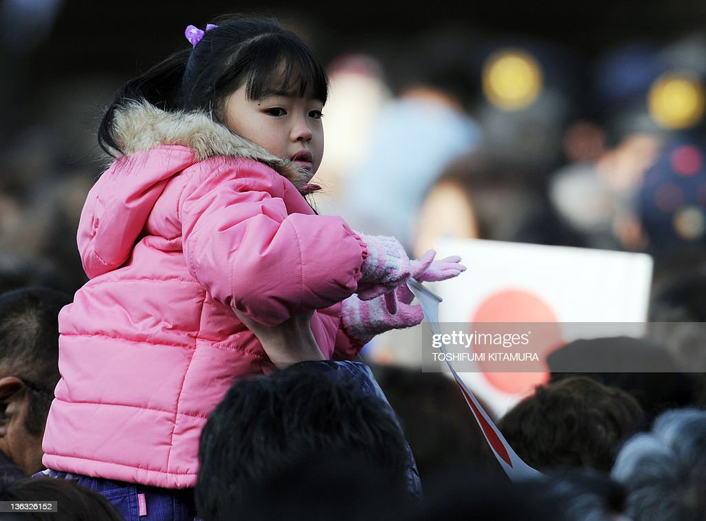 A girl holds the national flag on the sh : News Photo