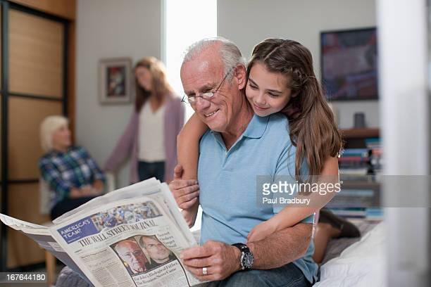 Mädchen umarmen Großvater wie zu Hause fühlen.