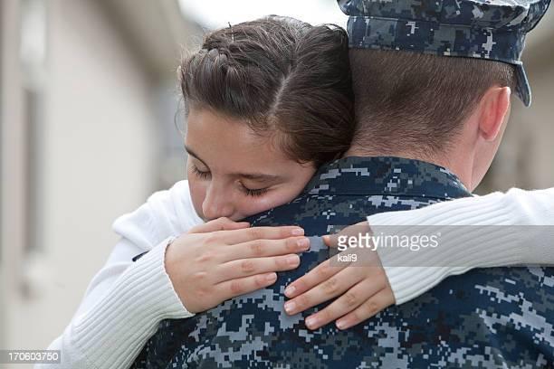 Fille père embrassant militaire