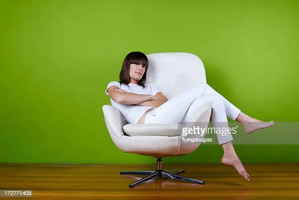 garota em todo branco - cadeira - fotografias e filmes do acervo
