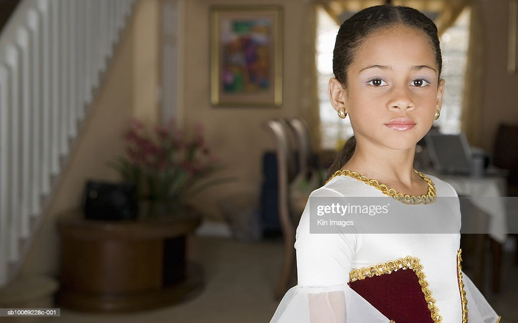 Girl (8-9) in ballerina costume, portrait : Stockfoto