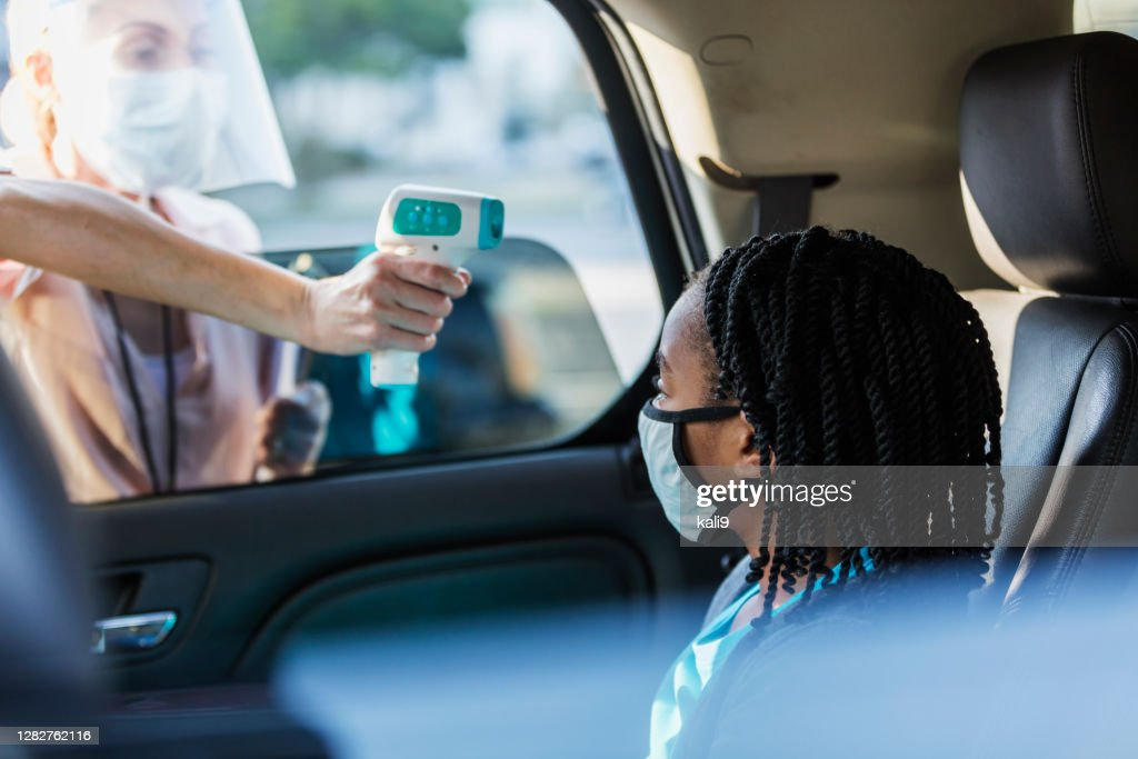 居心地の良い-19温度チェックポイントで車の中の女の子 : ストックフォト