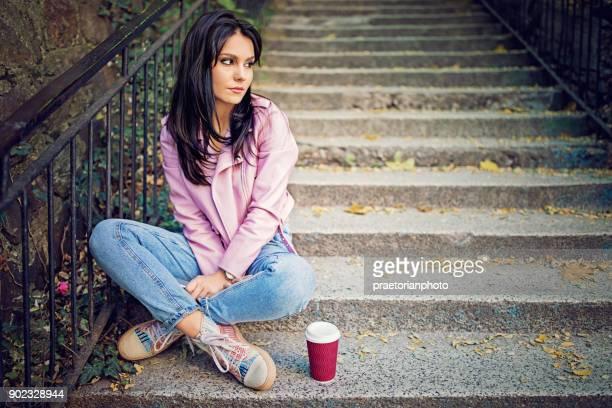 Mädchen in Depression steht traurig auf der Treppe